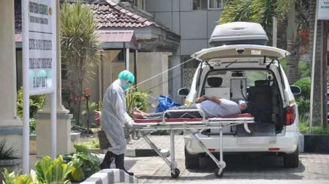Ilustrasi- Petugas medis membawa seorang Pasien Dalam Pengawasan (PDP) terduga COVID-19