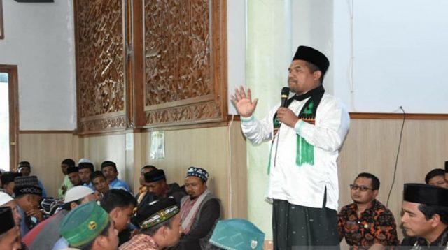 Bupati Bener Meriah Sarkawi ketika berbicara di depan jemaah masjid pada awal Januari 2020 lalu. (Foto: dok. Antara).