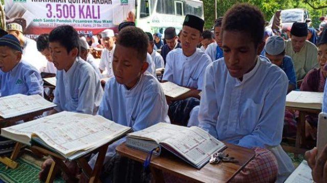 Santri Pondok Pesantren Nuu Waar, Setu, Bekasi, Jawa Barat berhasil mengkhatamkan Alqur'an sebanyak 3500 kali