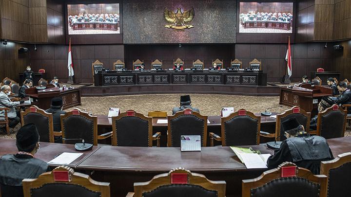 Suasana sidang Pengujian Materiil Peraturan Pemerintah Pengganti Undang-Undang Republik Indonesia Nomor 1 Tahun 2020 di Mahkamah Konstitusi, Jakarta, Selasa 28 April 2020