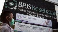 Petugas keamanan berjaga di depan kantor BPJS Kesehatan di Bekasi, Jawa Barat, Rabu (13/5/2020). Pemerintah akan menaikkan iuran BPJS Kesehatan pada 1 Juli 2020 seperti digariskan dalam Perpres Nomor 64 Tahun 2020 tentang Perubahan Kedua Atas Perpres Nomor 82 Tahun 2018 tentang Jaminan Kesehatan dengan rincian peserta mandiri kelas I naik menjadi Rp150.000, kelas II menjadi Rp100.000 dan kelas III menjadi 42.000. ANTARA FOTO/Dhemas Reviyanto/foc.(ANTARA FOTO/Dhemas Reviyanto)