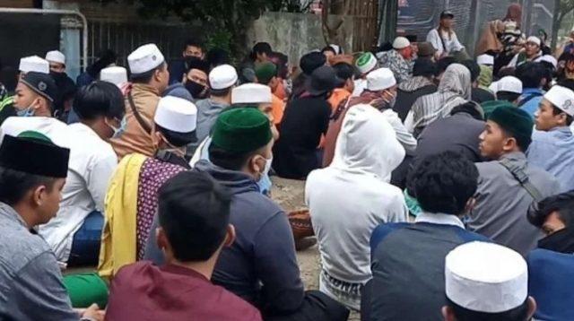 Pendukung Habib Bahar berkumpul di Lapas Gunung Sindur, Bogor, Jawa Barat.
