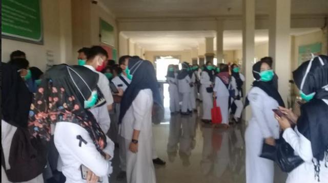 Tenaga Kesehatan Ogan Ilir saat mendatangi Kantor DPRD Ogan Ilir. Foto/Ist