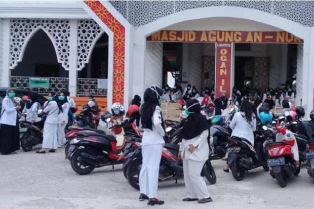 Ratusan tenaga kesehatan Ogan Ilir mendatangi Kantor DPRD Ogan Ilir terkait pemecatan mereka dengan tidak hormat. Foto/SINDOtv/Era NW