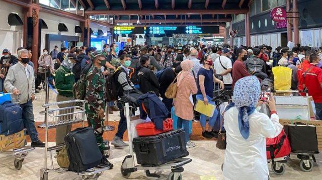 Pengamat: Bandara Soetta Sesak Penumpang! McD Sarinah Berjubel! Sholat Idul Fitri Mau Dilarang?