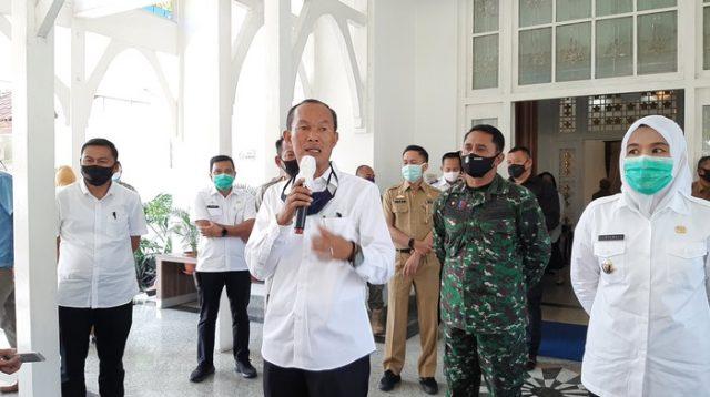 Foto: Wali Kota Palembang Harnojoyo (tengah-pegang mic)/(Raja Adil-detikcom)