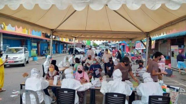 Pedagang di Pasar Mega Legenda menjalani rapid test massal. (Foto: Ilustrasi/Dok. Batamnews/Kumparan.com)
