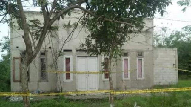 Rumah tempat kejadian sudah dipasang garis polisi. (ist)