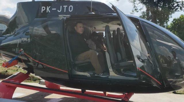 Ketua KPK Firli Bahuri menumpangi helikopter dalam perjalanannya di Sumatera Selatan, Sabtu (20/6/2020).(Dokumentasi/MAKI)(Foto: Kompas.com)