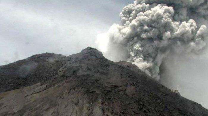 Gunung Merapi di Jawa Tengah mengalami erupsi dan memuntahkan asap dengan tinggi kolom mencapai 5.000 meter dari puncak pada Jumat (27/3/2020). ANTARA/HO/BPPTKG/pri. (antaranews)