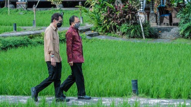 Menparekraf Wishnutama Kusubandio, berbincang dengan Gubernur Bali, I Wayan Koster. (Foto: Kemenparekraf/Kumparan.com)