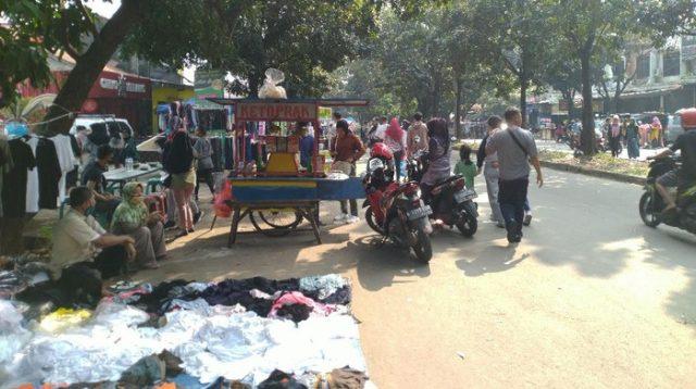 Foto: Bogor Masih PSBB, Kawasan Stadion Pakansari Dipadati Warga-PKL Pagi Ini (Sachril/detikcom)