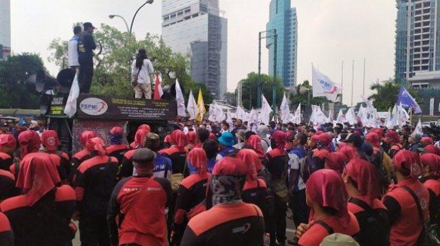 Massa Buruh Akan Demo di Depan DPR Siang Ini, Tolak Omnibus Law