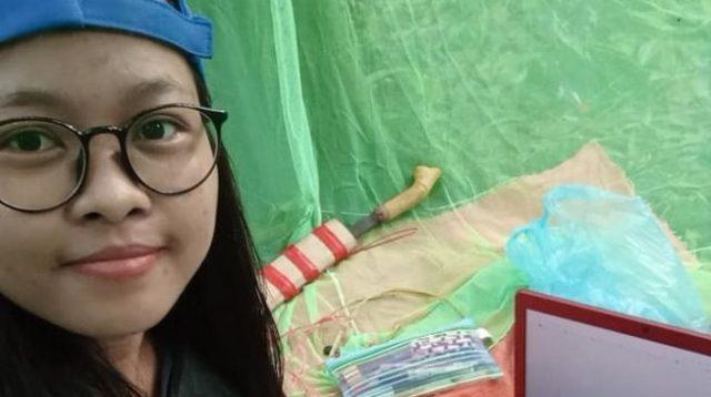 Viral, Mahasiswi Cantik Bangun Tenda Di Tengah Hutan Demi Dapatkan Sinyal Internet Untuk E-Learning