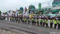 Massa Buruh Demo soal UMP dan Omnibus Law di Gedung DPRD Jatim