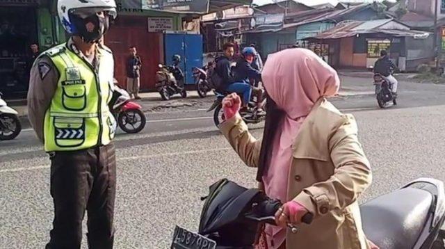 Video Viral, Emak-emak di Aceh Teriak Takbir saat Disetop Polantas, Lalu Tancap Gas