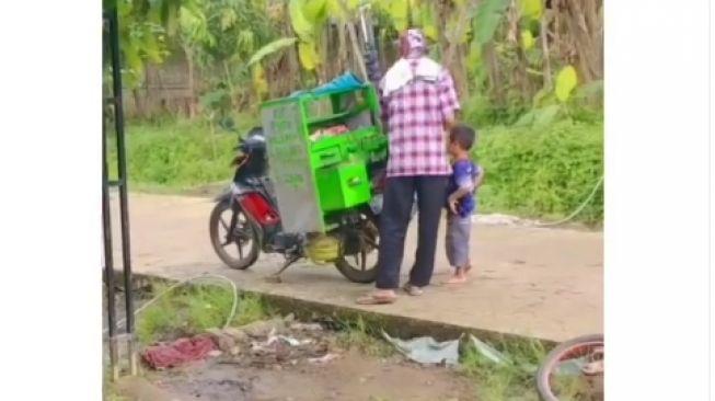 Nyesek, Seorang Ibu Terisak Lihat Anaknya Melongo saat Anak Lain Jajan