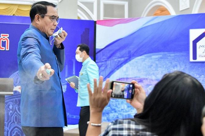 Frustasi Dijejal Pertanyaan, Seorang PM Semprot Hand Sanitizer ke Arah Wartawan