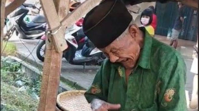 Jadi Malu, Jualan Toge Goreng dari Zaman Soekarno, Kakek 90 Tahun Ini Buat Kagum Warganet