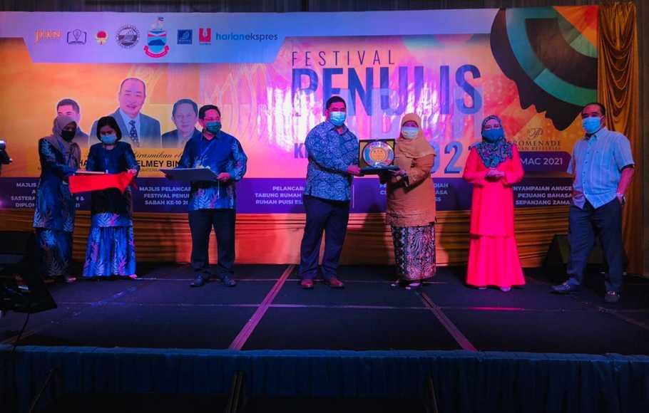 Bangga, Penyair Indonesia Terima Anugerah Sastra Di Dabah