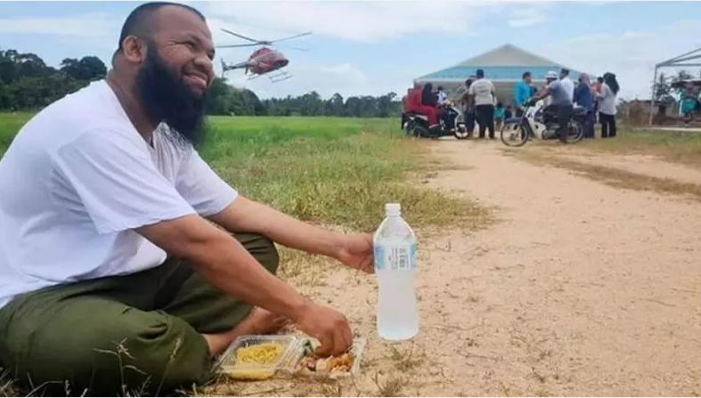 """Jadi Pengusaha Sukses, Mantan Pemulung """"Traktir"""" Warga Naik Helikopter Gratis"""