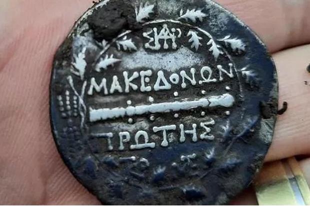 Temukan Koin Kuno dari Abad ke 2 SM, Seorang Pensiunan Polisi Kaya Mendadak