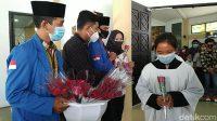 Perayaan Paskah, Mahasiswa Muslim di Ciamis Bagikan Bunga di Gereja
