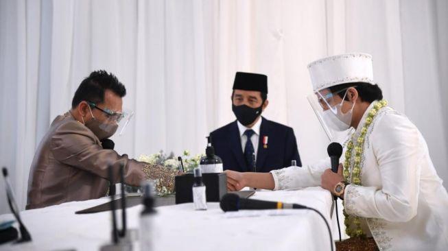 Presiden Republik Indonesia Joko Widodo (tengah) menjadi saksi dalam pernikahan pasangan Atta Halilintar dan Aurel Hermansyah di Hotel Raffles, Jakarta Selatan, Sabtu (3/4/2021). [Foto: Lukas/Biro Pers Sekretariat Presiden]