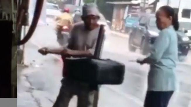 Bapak-Ibu Tukang Ban Kerja di Bawah Guyuran Hujan, Warganet Terharu!