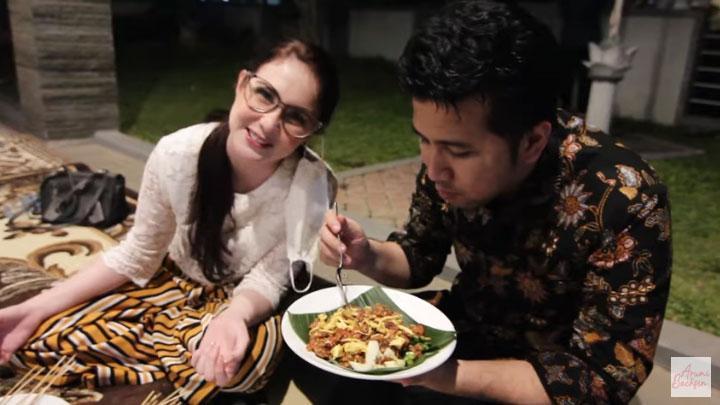 Arumi Bachsin Ajak Penjual Makanan ke Rumah, Buka Bareng Seru Dengan Karyawan