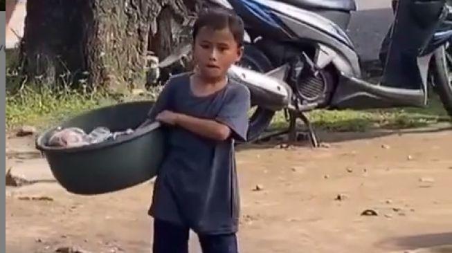 Kasian! Pedagang Keliling Cilik Cuma Bisa Lihat Orang Makan Bakso Sambil Gigit Kuku
