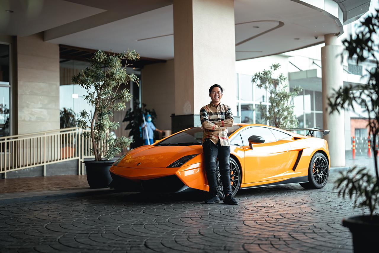 Beli Saham Pake Rp500 Ribu Duit Pinjaman, Tukang Parkir Ini Berhasil Miliki Mobil Mewah