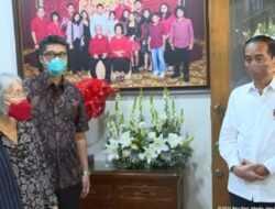 Ditemani Mensesneg, Jokowi Melayat Mendiang Sabam Sirait