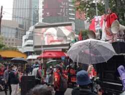 Tak Ditemui Jokowi Meski Diguyur Hujan, Demonstran: Rezim Peduli Orang Kaya Dibanding Rakyat Biasa