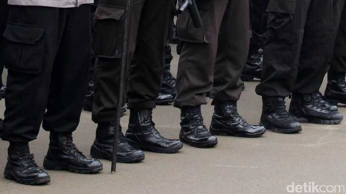 Detik-detik Polisi 'Smackdown' Mahasiswa Pendemo di Pemkab Tangerang