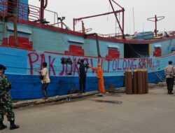 "Bendera Putih dan Tulisan ""Pak Jokowi Tolong Kami"" Terpampang di Kapal Nelayan, Langsung Dihapus Petugas"